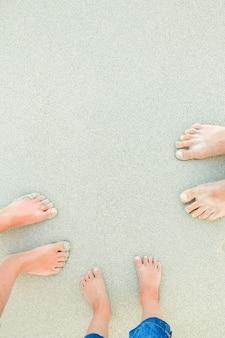Mooie benen op zand in de buurt van de zee op natuur achtergrond