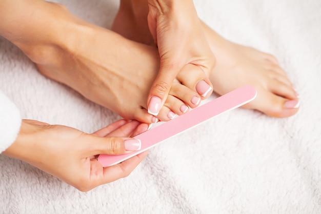 Mooie benen van een vrouw met een frisse pedicure