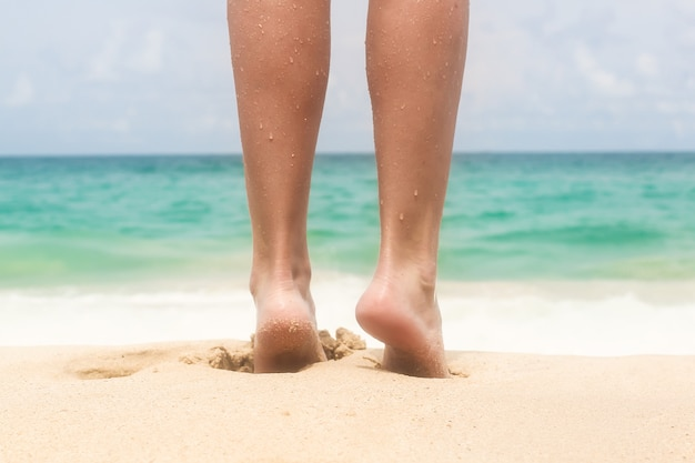 Mooie benen van vrouwen op het strand
