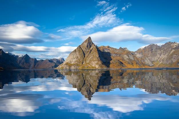 Mooie berg en hemel in hamnoy-dorp in lofoten, noorwegen