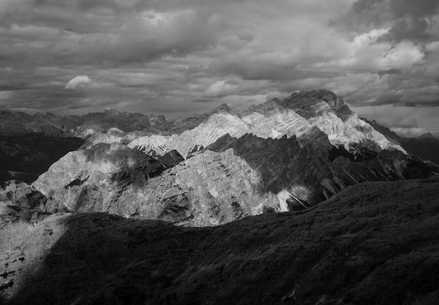 Mooie bergen en heuvels die in zwart-wit zijn ontsproten
