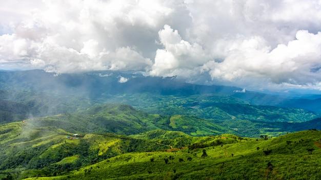 Mooie bergketen en wolk in het noorden van thailand.