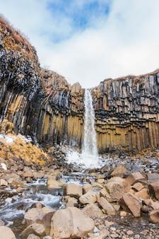 Mooie beroemde waterval in ijsland, winterseizoen.