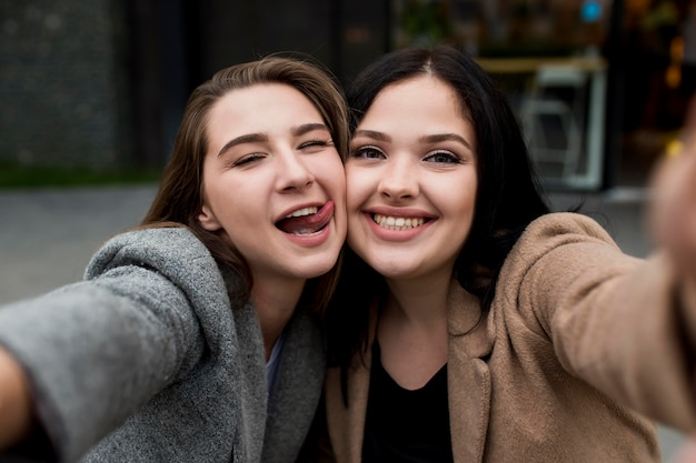 Mooie beste vrienden die samen een selfie maken