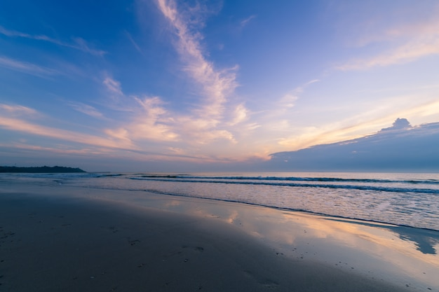 Mooie bewolkt op zonsopgang op khanom strand, nakhon si thammarat