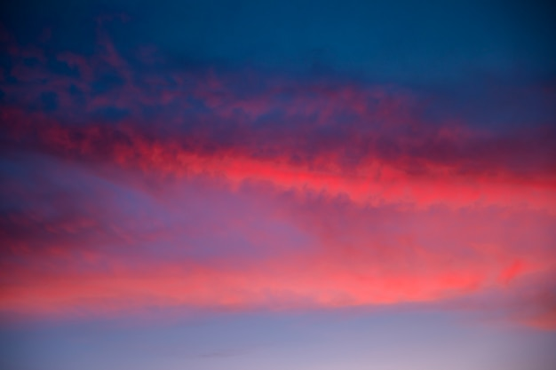 Mooie bewolkte hemel in roze tinten