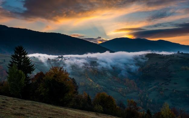 Mooie bewolkte hemel over de heuvel