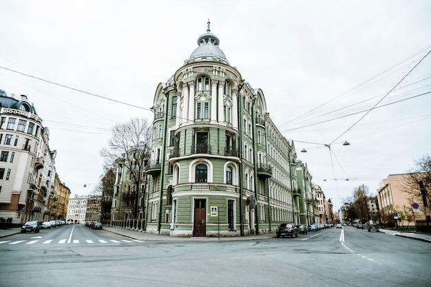 Mooie binnenplaatsen en straten van st. petersburg bij bewolkt weer.