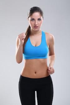 Mooie blanke vrouw in fitness slijtage