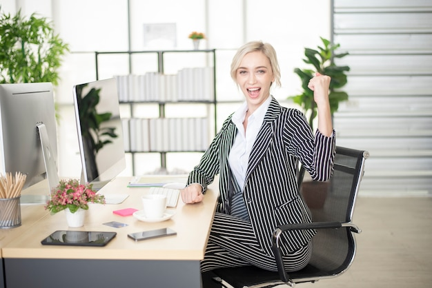 Mooie blanke vrouw is succes in haar businessplan