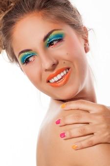 Mooie blanke vrouw met artistieke make-up