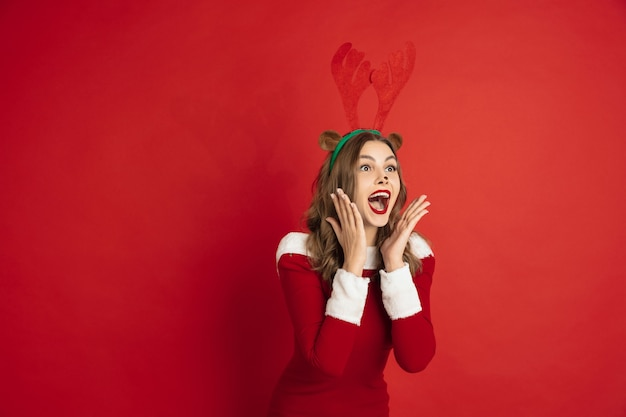 Mooie blanke vrouw met lang haar als het rendier van de kerstman