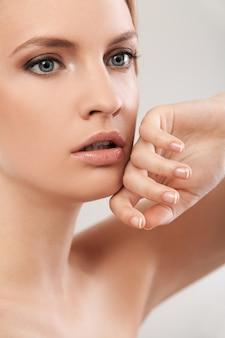 Mooie blanke vrouw met natuurlijke make-up