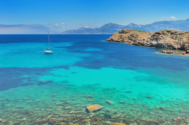 Mooie blauwe en duidelijke zee in eiland corsica