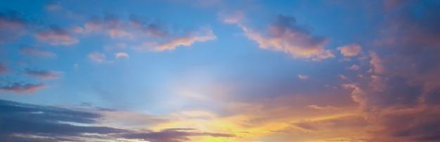 Mooie blauwe hemel en gouden wolk tijdens zonsondergang