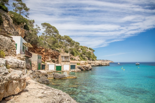 Mooie blauwe hemel, lagune en bootgarage