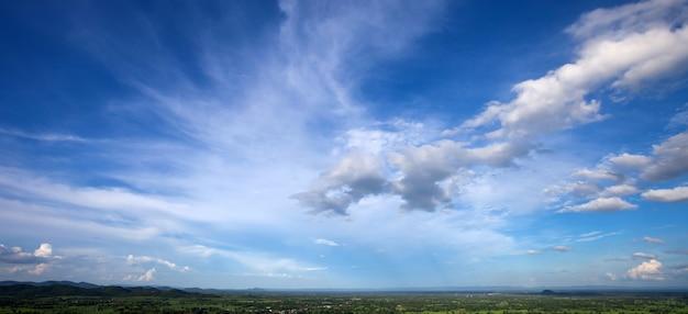 Mooie blauwe hemel met witte wolk op de achtergrond van het aardlandschap