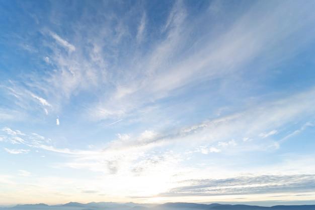 Mooie blauwe hemel met wolken bij zonsondergang