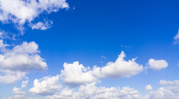 Mooie blauwe hemel met wolken