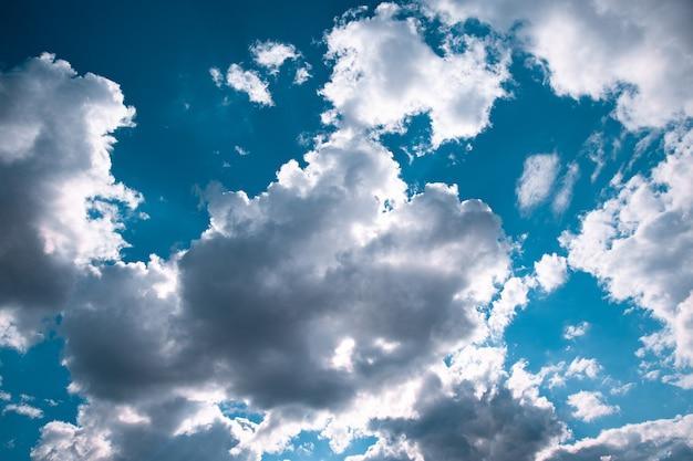 Mooie blauwe hemel met wolkenachtergrond