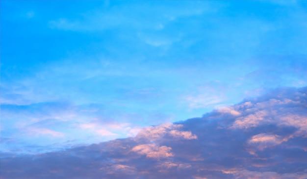 Mooie blauwe hemel met wolkenvorming achtergrond