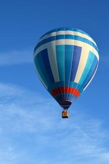 Mooie blauwe heteluchtballon tegen de lucht met lichte wolken