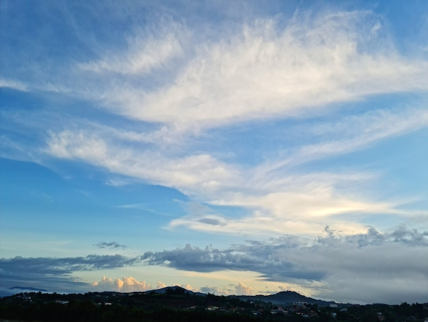 Mooie blauwe lucht en gouden wolken