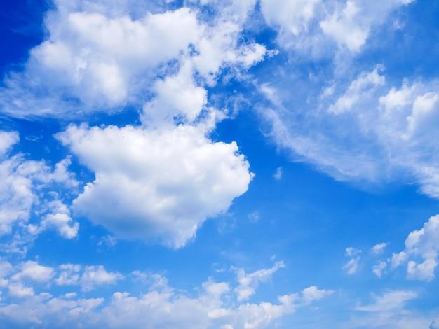 Mooie blauwe lucht en wolken in de zomer Premium Foto