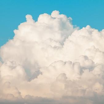 Mooie blauwe lucht met witte wolken