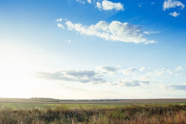 Mooie blauwe lucht met wolken boven landbouwvelden. landschap achtergrond.