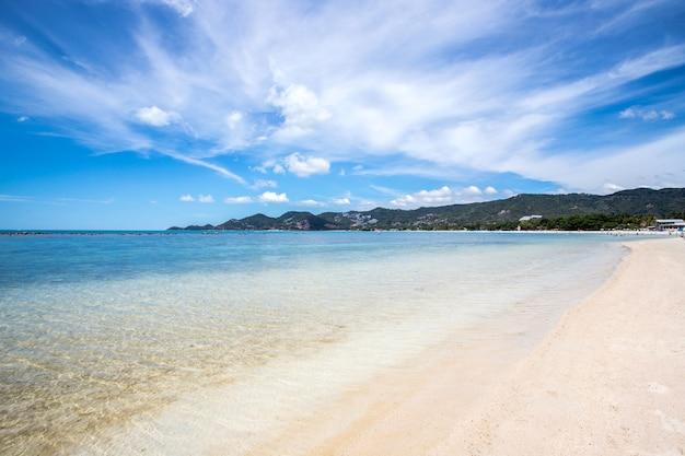 Mooie, blauwe lucht met wolken en strand achtergrond