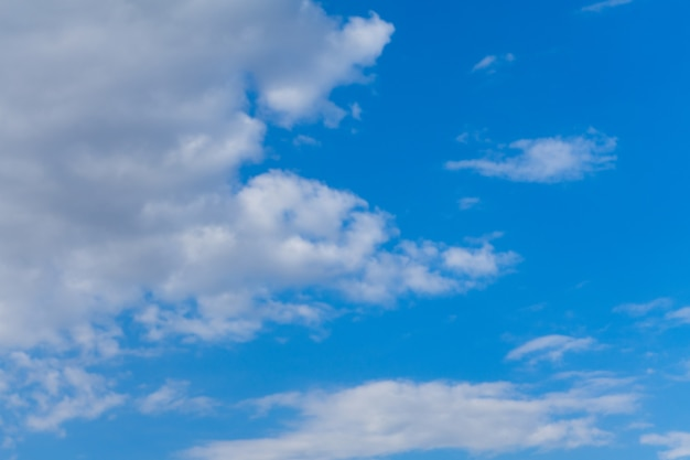 Mooie blauwe lucht met wolken en zonlicht copy paste