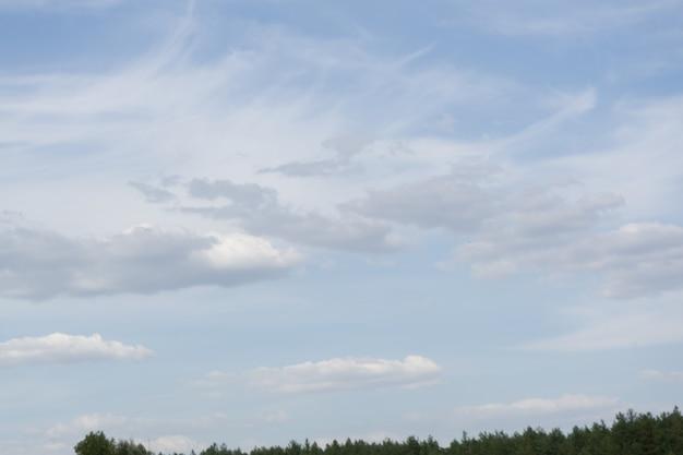 Mooie blauwe lucht met wolken en zonlicht.