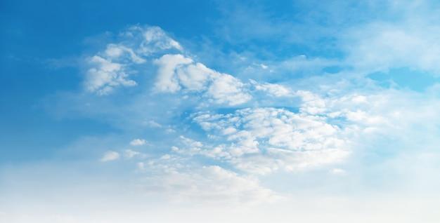 Mooie blauwe lucht met zachte witte wolk