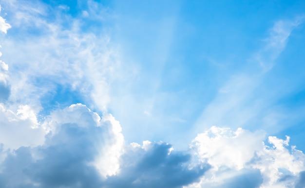 Mooie blauwe lucht met zonbundel met bewolkt