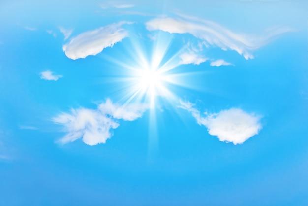 Mooie blauwe lucht met zonnestralen en wolken. zonnestralen