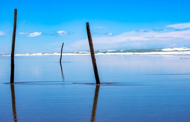 Mooie blauwe zee strand landschapsmening met reflectie