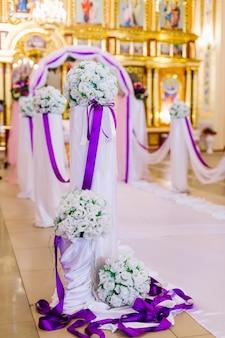 Mooie bloem bruiloft decoratie in een kerk.