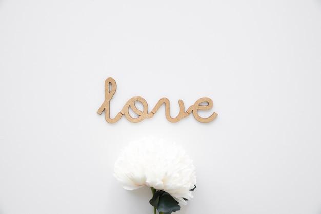 Mooie bloem dichtbij liefdeinschrijving