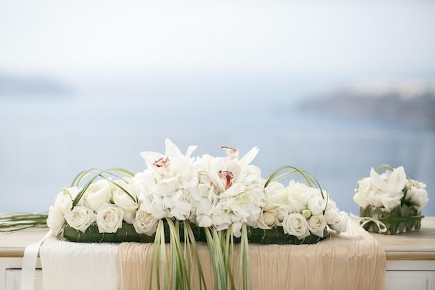 Mooie bloemdecoratie op huwelijkslijst