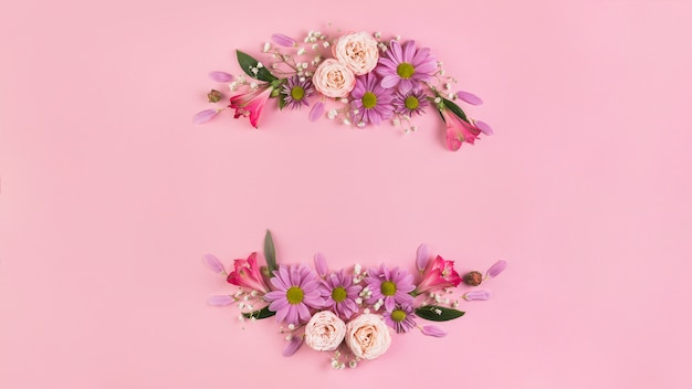 Mooie bloemdecoratie tegen roze achtergrond