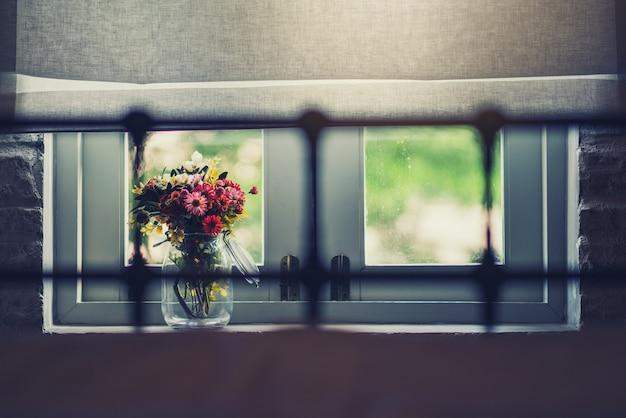 Mooie bloemen bij het raam