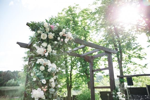 Mooie bloemen bloeien op de ladder