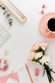 Mooie bloemen en koffie plat lag
