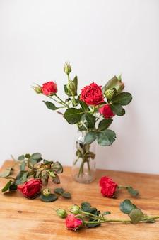 Mooie bloemen. het werk van de bloemist. bloemen levering.