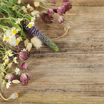 Mooie bloemen houten achtergrond
