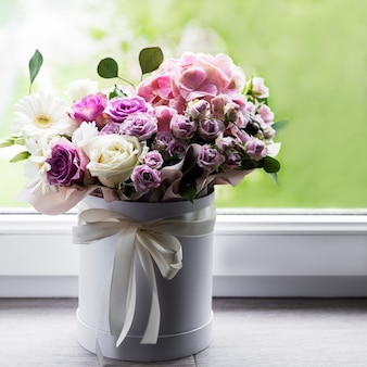 Mooie bloemen in een witte ronde doos