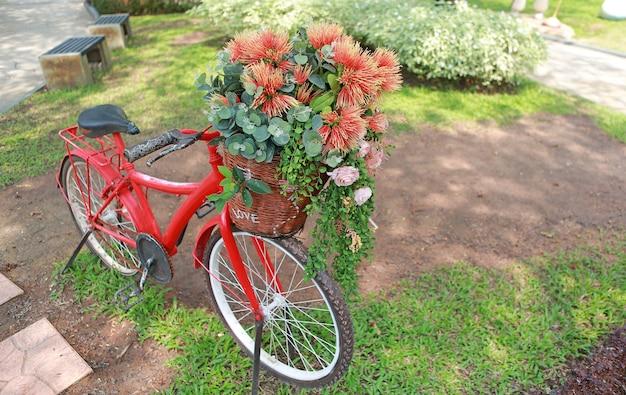 Mooie bloemen in fietsmand bij de tuin.