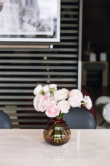 Mooie bloemen in glazen vaas. mooi boeket van roze perzische boterbloem.