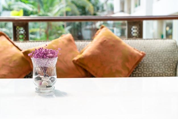 Mooie bloemen in glazen vaas